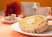Krem i banan roll gąbki z kawy — Zdjęcie stockowe