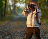 Ragazzino con la macchina fotografica nel parco — Foto Stock
