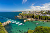 Cove and harbour of Port Isaac with arriving ship, Cornwall, England — Stock Photo