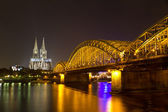 Cologne Cathedral and Hohenzollern Bridge at night, Cologne (Koeln), German — Stockfoto