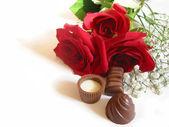 Roos boeket met chocolade — Stockfoto