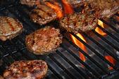 Hamburgery na grilla — Zdjęcie stockowe