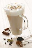 Chai latte içmek — Stok fotoğraf