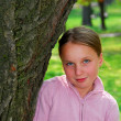 Girl and big tree — Stockfoto