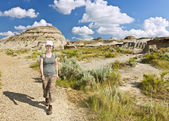 Hiker in badlands of Alberta, Canada — Stock Photo