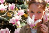 Chica con magnolia — Foto de Stock