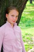 Chica y gran árbol — Foto de Stock