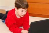 Pojke dator — Stockfoto