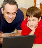 Ojciec syna komputera — Zdjęcie stockowe