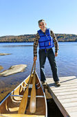 Man with canoe — Stock Photo