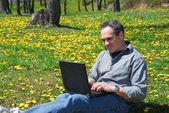 Mann arbeit außerhalb computer — Stockfoto