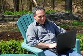 Człowiek komputera znajdującego się poza — Zdjęcie stockowe