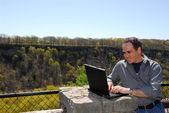 Ler man som arbetar utomhus — Stockfoto