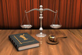 Livro de direito, a escala e o martelo na mesa — Foto Stock