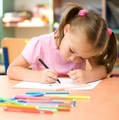 Petite fille dessine avec un stylo-feutre — Photo