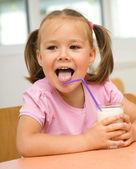 Petite fille boit du lait — Photo