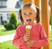 Dziewczynka jest jedzenie lodów — Zdjęcie stockowe