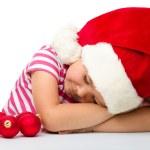 niña linda está durmiendo usando sombrero de santa — Foto de Stock