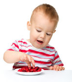 Cute little boy with strawberries — Stock Photo