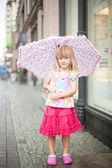 Küçük kız şemsiye ile — Stok fotoğraf