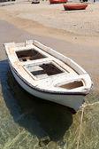 Vit roddbåt i mykonos, grekland — Stockfoto