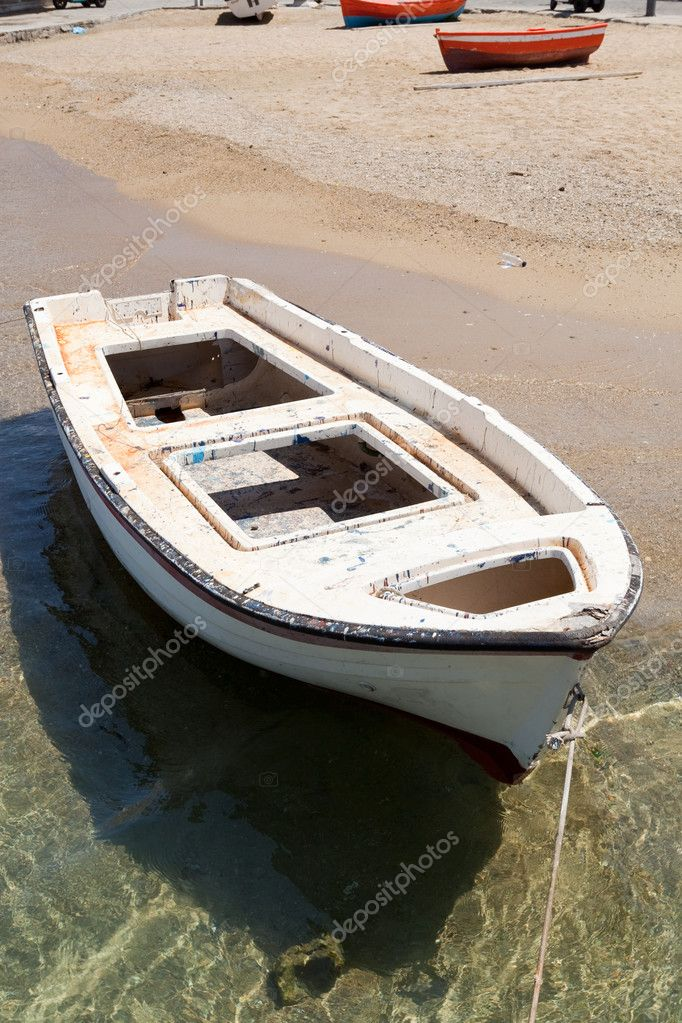 White rowing boat on the water in Mykonos, Greece — Stock Photo #7007031