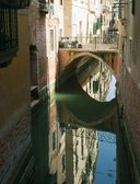 Il ponte sul canale. venezia. — Foto Stock