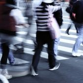 En calle de paso de cebra — Foto de Stock