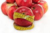 Kırmızı elma ve ölçüm bandı üzerinde beyaz izole — Stok fotoğraf