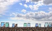 Liegestühle am strand von brighton — Stockfoto