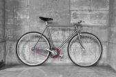 Vintage fixed-gear bicycle — Stock Photo