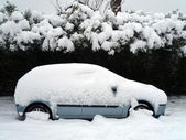 Een auto in de sneeuw — Stockfoto