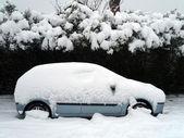 Ein auto im schnee — Stockfoto