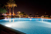 Piscine de l'hôtel pendant la nuit — Photo