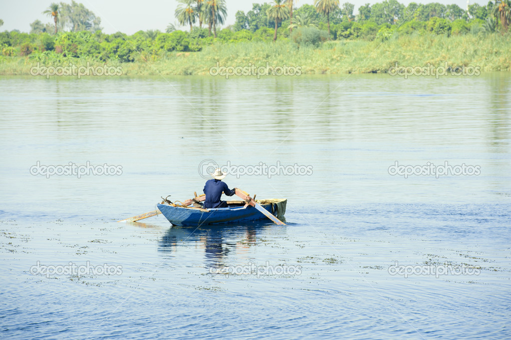 Local Egyptian fisherman in a rowing boat on the River Nile — Stock Photo #7137810