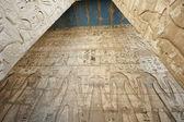Hieroglypic gravures op een egyptische tempel — Stockfoto