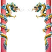 Dragon chinois jumeaux enroulé autour d'un poteau rouge sur blanc — Photo