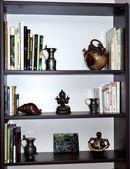 Kütüphane kitap ve ıvır zıvır — Stok fotoğraf