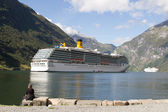 End of the famous Geiranger fjord, Norway with cruise ship — Stock Photo