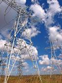 Postes de energía eléctrica y cielo nublado — Foto de Stock