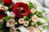 Dos anillos y ramo de la boda — Foto de Stock
