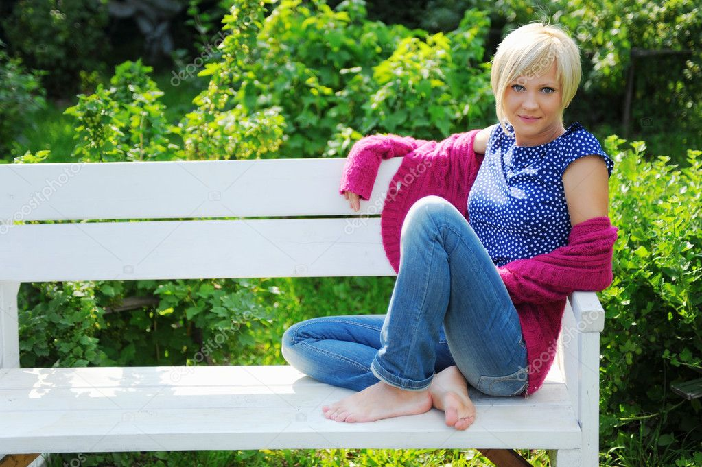 Young blonde woman relaxing in a park — Stock Photo #6852180