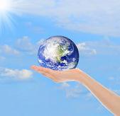 Planeta tierra en la mano femenina — Foto de Stock