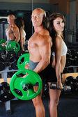 Hombre y una mujer en el gimnasio — Foto de Stock