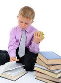 Jongen lezen van een boek — Stockfoto