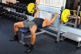 Muž v tělocvičně — Stock fotografie