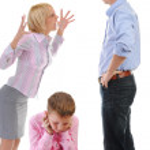 Parents share child. — Stock Photo