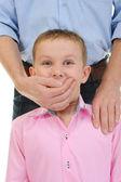 Hombre cierra la boca una mano al chico — Foto de Stock