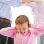 Parents share child. — Stock Photo #7899994