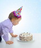 Hermoso niño celebra cumpleaños — Foto de Stock